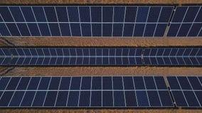 Caleidoscopio creativo del marco con el abejón Los paneles solares en las montañas El concepto de los problemas de renovable metrajes