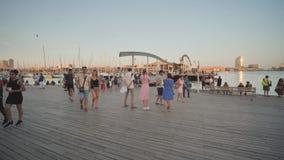 Calella, Испания - 9-ое августа 2018: Rambla Del Mar в гаван Vell, гавань портового района в Барселоне, Испании акции видеоматериалы