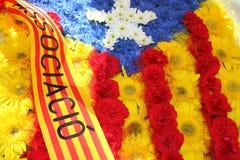 Calella, Каталония, Испания: Флаг Каталонии сделал красного цвета и yel стоковая фотография