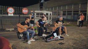 Calella, Espanha - 9 de agosto de 2018: Os músicos da rua jogam em Barcelona tarde da noite filme