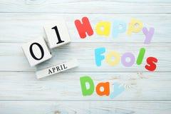 Calendário com dia feliz dos tolos da inscrição imagem de stock