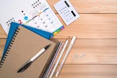 Calendário com pena, calculadora, caderno e diário para a finança do negócio ou o conceito da nomeação imagens de stock royalty free