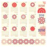 Calendário 2016 com teste padrão redondo étnico do ornamento nas cores de azul vermelho brancas Imagem de Stock