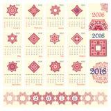Calendário 2016 com teste padrão redondo étnico do ornamento nas cores de azul vermelho brancas Fotografia de Stock