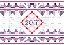 Calendário 2017 com teste padrão redondo étnico do ornamento nas cores de azul vermelho brancas Foto de Stock Royalty Free