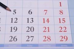 Calendário com um lápis preto Fotos de Stock Royalty Free