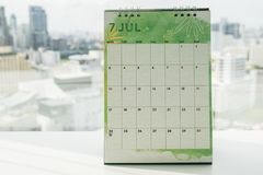 Calendário criativo de julho do projeto na mesa de escritório Fotografia de Stock