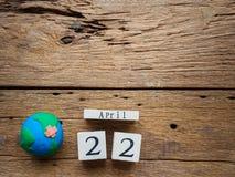 Calendário de bloco de madeira para mundo Dia da Terra o 22 de abril, bloco de madeira Imagens de Stock