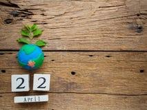 Calendário de bloco de madeira para mundo Dia da Terra o 22 de abril, bloco de madeira Imagem de Stock