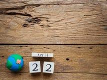 Calendário de bloco de madeira para mundo Dia da Terra o 22 de abril, bloco de madeira Fotos de Stock Royalty Free