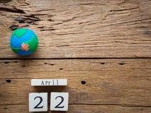 Calendário de bloco de madeira para mundo Dia da Terra o 22 de abril, glo feito a mão Fotos de Stock