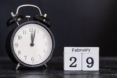 Calendário de madeira da forma do cubo para o 29 de fevereiro com pulso de disparo preto Imagens de Stock Royalty Free