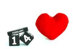 Calendário de madeira para o 14 de fevereiro com coração vermelho Imagens de Stock