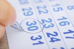 Calendário de Marking Date On do homem de negócios na mesa foto de stock
