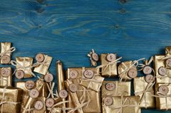 Calendário do advento com 24 presentes dourados na cerceta Imagens de Stock Royalty Free