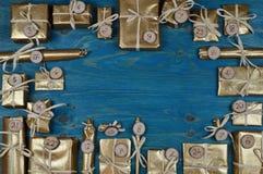 Calendário do advento com 24 presentes dourados na cerceta Imagens de Stock