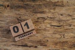 Calendário do cubo para fevereiro no fundo de madeira Imagens de Stock Royalty Free