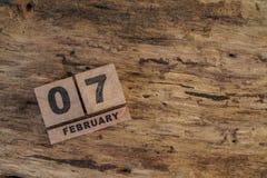 Calendário do cubo para fevereiro no fundo de madeira Fotografia de Stock