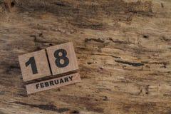 Calendário do cubo para fevereiro no fundo de madeira Imagem de Stock