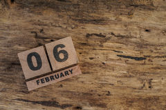 Calendário do cubo para fevereiro no fundo de madeira Fotografia de Stock Royalty Free