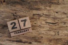 Calendário do cubo para fevereiro no fundo de madeira Imagens de Stock