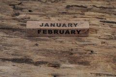 Calendário do cubo para janeiro e fevereiro no fundo de madeira Fotos de Stock Royalty Free