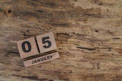 Calendário do cubo para janeiro no fundo de madeira Imagem de Stock