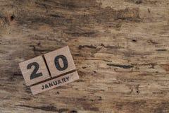 Calendário do cubo para jnuary no fundo de madeira Fotos de Stock