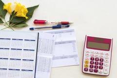 Calendário do planejador do caderno com banco da caderneta bancária e despesa da indicação para o trabalho do negócio imagens de stock royalty free