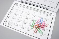 Calendário e grampos de papel Fotos de Stock Royalty Free