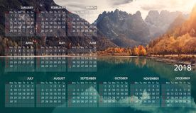 Calendário 2018 em inglês Começos da semana em domingo Panorama italiano dolomites Lago Landro ilustração do vetor
