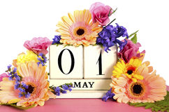 Calendário feliz do primeiro de maio com flores Fotos de Stock