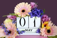 Calendário feliz do primeiro de maio com flores Imagem de Stock