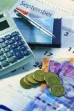 Calendário, livro de cheques, calculadora, dinheiro e um ballpen fotografia de stock royalty free