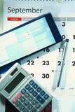 Calendário, livro de cheques, calculadora e um ballpen imagens de stock royalty free
