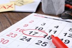 Calendário marcado na tabela imagens de stock royalty free