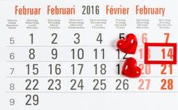 Calendário o 14 de fevereiro Dois corações Rosa vermelha Imagens de Stock Royalty Free