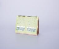 calendário ou calendário de mesa com etiqueta no fundo Imagem de Stock Royalty Free