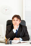 Calendário pensativo do planeamento do homem de negócios no diário Imagens de Stock