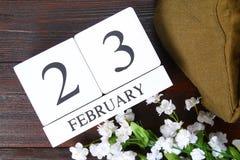 Calendário perpétuo de madeira branco com a data do 23 de fevereiro sobre Fotografia de Stock