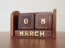 Calendário perpétuo de madeira do vintage do dia para o 8 de março imagens de stock royalty free