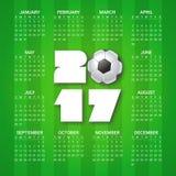 Calendário por 2017 anos com a bola de futebol no fundo verde-claro Esporte, tema do futebol A semana parte de domingo Fotos de Stock Royalty Free