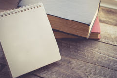 Calendário vazio com o livro no fundo de madeira na tonelada do vintage Imagens de Stock Royalty Free