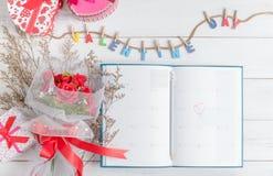 Calendar boken på 14 Februari med gåvaasken Royaltyfri Fotografi