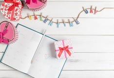 Calendar boken på 14 Februari med gåvaasken Royaltyfria Bilder