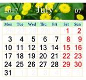 Calendar för Juli 2017 med gula kamomillar Arkivfoto