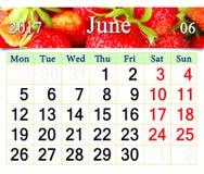 Calendar för Juni 2017 med den mogna jordgubben Arkivbilder