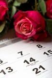 Calendar sidan med de röda hjärtorna och buketten av röda rosor på valentindag Royaltyfria Bilder