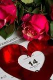 Calendar sidan med de röda hjärtorna och buketten av röda rosor på valentindag Royaltyfri Foto