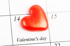 Calendar sidan med de röda hjärtorna på Februari 14 Arkivfoto